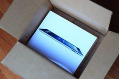 Ouvrez le carton d'exp?dition d'iPad Image libre de droits
