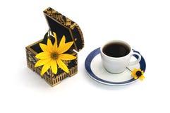 Ouvrez le cercueil avec une fleur et une tasse de café, une vie immobile, OIN Image stock