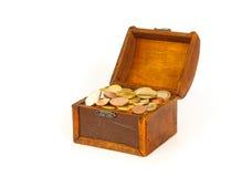 Ouvrez le coffre au trésor avec d'euro pièces de monnaie Images stock