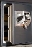 Ouvrez le coffre-fort avec des clés Image libre de droits