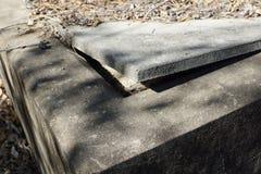 Ouvrez le couvercle de la tombe Images stock