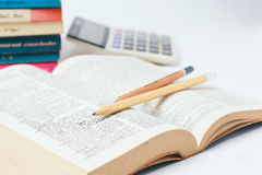 Ouvrez le dictionnaire avec le crayon Images stock