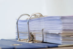 Ouvrez le dossier avec des documents classés Photographie stock libre de droits