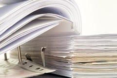 Ouvrez le dossier avec des documents classés Images stock