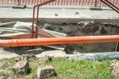 Ouvrez le fossé sur le site d'excavation de rue avec les tuyaux évidents pour le réseau de pipe-lines de gaz d'eau et de chauffag photos libres de droits