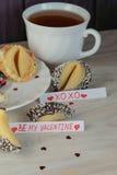 Ouvrez le jour et le thé de valentines de xoxo de biscuits de fortune Images stock