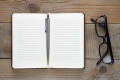 Ouvrez le journal intime avec le stylo et les verres Images libres de droits