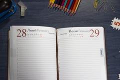 Ouvrez le journal intime sur la table photo stock
