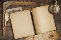 Ouvrez le journal intime vide avec la carte, le crayon et la boussole Photographie stock libre de droits