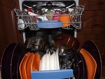 Ouvrez le lave-vaisselle avec les paraboloïdes propres photographie stock libre de droits