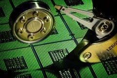 Ouvrez le lecteur de disque dur avec la réflexion des processeurs alignés d'unité centrale de traitement et des effetcs de feu ve Photographie stock libre de droits