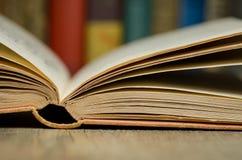 Ouvrez le livre avec des livres à l'arrière-plan Image libre de droits