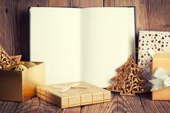 Ouvrez le livre avec la décoration de Noël photos stock