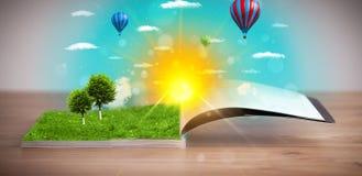 Ouvrez le livre avec le monde vert de nature sortant de ses pages Image libre de droits