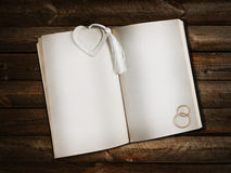 Ouvrez le livre avec le signet de coeur Image stock