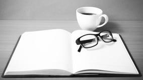 ouvrez-le-livre-avec-le-style-noir-et-blanc-de-ton-de-couleur-de-tasse-de-caf%C3%A9-57944244.jpg