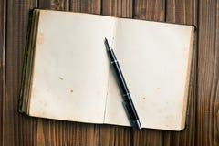 Ouvrez le livre avec le stylo-plume Photographie stock