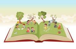 Ouvrez le livre avec les enfants mignons de bande dessinée jouant sur le parc vert illustration libre de droits