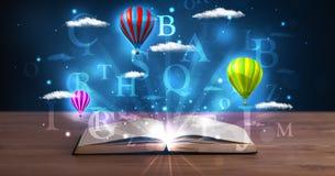 Ouvrez le livre avec les nuages et les ballons abstraits rougeoyants d'imagination Photo stock