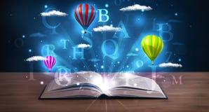 Ouvrez le livre avec les nuages et les ballons abstraits rougeoyants d'imagination Photographie stock libre de droits