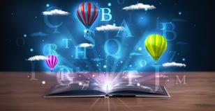 Ouvrez le livre avec les nuages et les ballons abstraits rougeoyants d'imagination Image stock