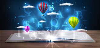 Ouvrez le livre avec les nuages et les ballons abstraits rougeoyants d'imagination Image libre de droits