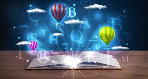 Ouvrez le livre avec les nuages et les ballons abstraits rougeoyants d'imagination Photos libres de droits