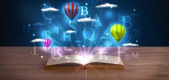 Ouvrez le livre avec les nuages et les ballons abstraits rougeoyants d'imagination Photo libre de droits