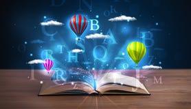 Ouvrez le livre avec les nuages rougeoyants d'abrégé sur imagination Photos libres de droits