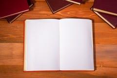 Ouvrez le livre avec les pages vides sur le bois texturisé Photos libres de droits