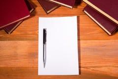 Ouvrez le livre avec les pages vides sur le bois texturisé Image stock
