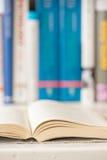 Ouvrez le livre dans la bibliothèque Photo libre de droits