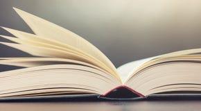 Ouvrez le livre dans une chambre Photos libres de droits