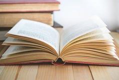 Ouvrez le livre et la pile de livres avec l'espace de copie dans la relaxation et le c Photos stock