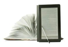 Ouvrez le livre et le lecteur d'ebook Photographie stock libre de droits