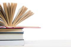 Ouvrez le livre, livres de livre cartonné sur le fond en bois De nouveau à l'école Copiez l'espace Photos libres de droits