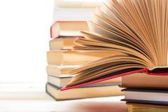 Ouvrez le livre, livres de livre cartonné sur le fond en bois De nouveau à l'école Copiez l'espace Photo stock