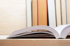 Ouvrez le livre, livres de livre cartonné sur le fond en bois De nouveau à l'école Copiez l'espace Photos stock
