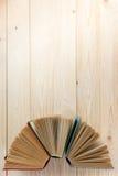 Ouvrez le livre, livres de livre cartonné sur le fond en bois De nouveau à l'école Copiez l'espace Image libre de droits