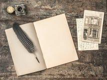 Ouvrez le livre, stylo et encrier encastré de plume d'outils d'écriture de vintage Photo stock