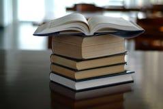 Ouvrez le livre sur des livres Image stock