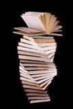 Ouvrez le livre sur la pile de livres Photos libres de droits