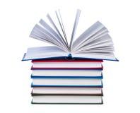 Ouvrez le livre sur la pile de livres. photo stock