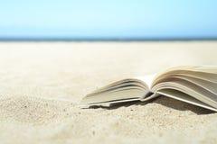 Ouvrez le livre sur la plage photo stock