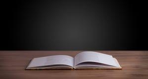 Ouvrez le livre sur la plate-forme en bois Images libres de droits