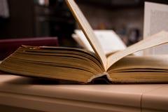 Ouvrez le livre sur la table photographie stock libre de droits