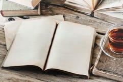 Ouvrez le livre sur la table en bois avec une tasse de thé Photo libre de droits