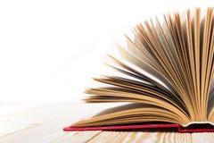 Ouvrez le livre sur la table en bois d'isolement sur le fond blanc De nouveau à l'école Copiez l'espace Photographie stock