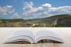 Ouvrez le livre sur la table en bois sur le fond brouillé naturel De nouveau à l'école Copiez l'espace Photographie stock