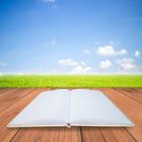 Ouvrez le livre sur le fond en bois brun Photo libre de droits